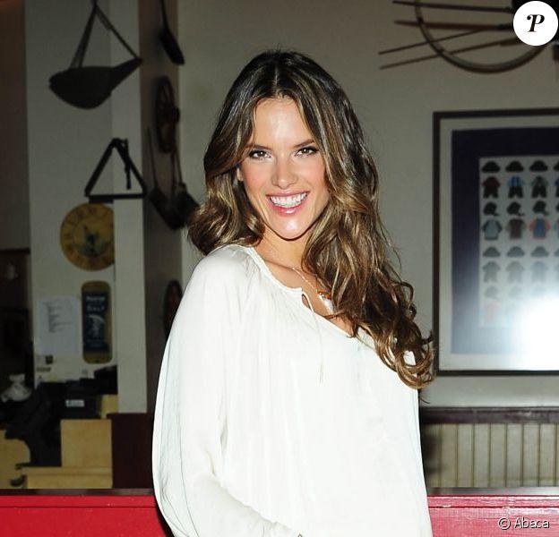 Alessandra Ambrosio à Los Angeles, dévoilait ses gambettes pour Phillips Perfect. Le 23 mars 2012.