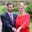 Et voici la bague ! Photo des fiançailles du grand-duc héritier Guillaume de Luxembourg et de la comtesse Stéphanie de Lannoy, le 27 avril 2012, au château de Berg, à l'issue du déjeuner réunissant leurs deux familles, au lendemain de l'annonce de leurs fiançailles.