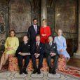 Photo des fiançailles du grand-duc héritier Guillaume de Luxembourg et de la comtesse Stéphanie de Lannoy entourés de leurs parents, le 27 avril 2012, au château de Berg, à l'issue du déjeuner réunissant leurs deux familles, au lendemain de l'annonce de leurs fiançailles.