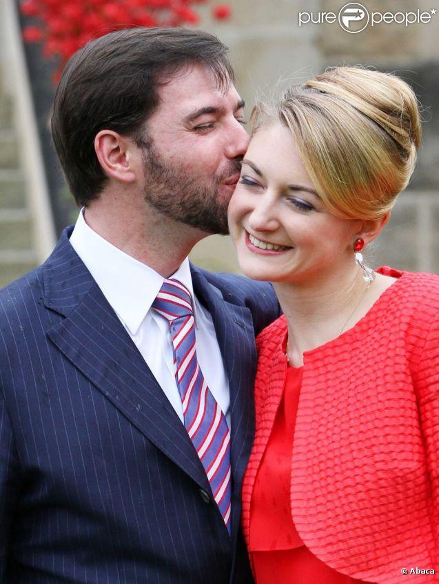 Photo des fiançailles du grand-duc héritier Guillaume de Luxembourg et de la comtesse Stéphanie de Lannoy, le 27 avril 2012, au château de Berg, à l'issue du déjeuner réunissant leurs deux familles, au lendemain de l'annonce de leurs fiançailles.
