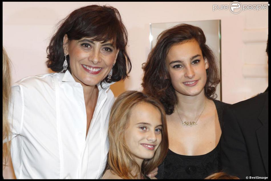 ines de la fressange et ses fille nine et violette la boutique roger vivier le 21 octobre 2010. Black Bedroom Furniture Sets. Home Design Ideas