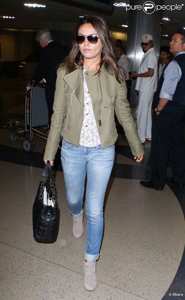 Mila Kunis à l'aéroport de Los Angeles. Le 28 avril 2012.