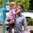 En présence d'Alyson Hannigan, enceinte, la petite Satyana va au parc avec son papa Alexis Denisof, le 3 mai 2012 à Los Angeles