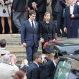 Le prince Louis de Bourbon, épaulé par sa femme la princesse Maria Margarita, était au coeur de la célébration du souvenir de sa grand-mère.   Les obsèques d'Emmanuelle de Dampierre, duchesse douairière de Ségovie et d'Anjou, morte le 3 mai 2012 à Rome, ont eu lieu le 11 mai à Paris en l'église Notre-Dame du Val-de-Grâce, rassemblant autour de son petit-fils le prince Louis de Bourbon la famille légitimiste et la Maison de France. La défunte a ensuite été inhumée au caveau familial Dampierre du cimetière parisien de Passy, en petit comité.