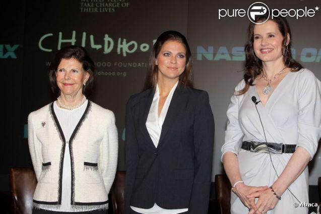 La reine Silvia de Suède, sa fille la princesse Madeleine et Geena Davis réunies pour la conférence ''Investir dans les enfants'' de la World Childhood Foundation, au Nasdaq building de New York, le 9 mai 2012.