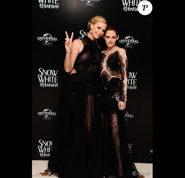 Charlize Theron et Kristen Stewart lors de l'avant-première du film Blanche-Neige et le chasseur à Londres le 14 mai 2012