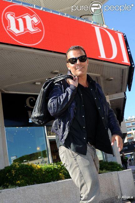 Jean-Roch posant devant le  VIP Room  le 17 mai 2012 à Cannes