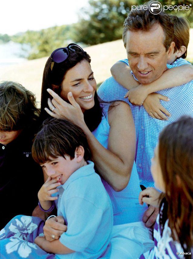 Image d'un bonheur passé : Robert F. Kennedy et sa femme Mary avec leurs quatre enfants...   Mary Kennedy (née Richardson), épouse de Robert F. Kennedy Jr., s'est donné la mort le 16 mai 2012, à 52 ans. Elle souffrait de dépression. Son corps a été retrouvé dans le garage de sa propriété de Mount Kisco : il s'agissait d'un suicide par pendaison.