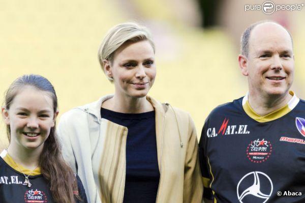 Albert de Monaco et sa femme la princesse Charlène accompagné de la jeune Alexandra de Hanovre lors d'un match de foot de charité donné en faveur de l'association de la princesse Charlène au Stade Louis II de Monaco le 22 mai 2012