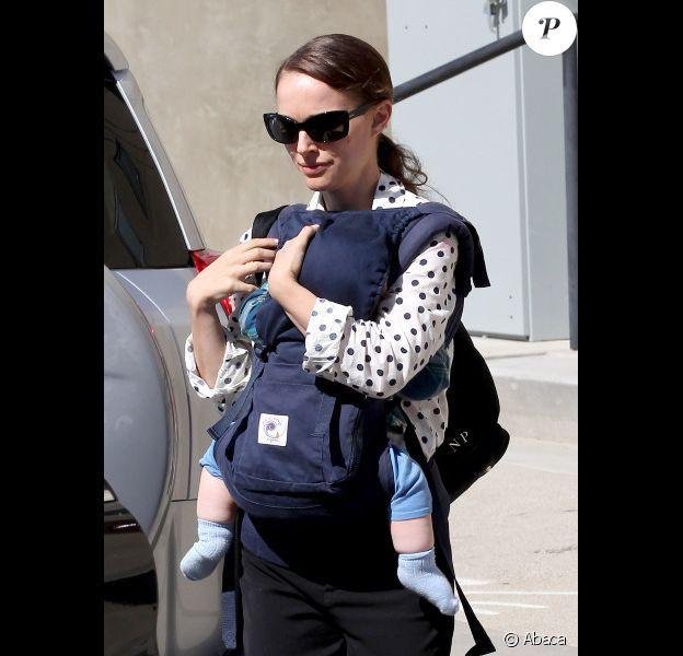 Natalie Portman et son fils Aleph, à Los Angeles, en mars 2012.