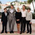 Reese Witherspoon, enceinte, est entourée de Tye Sheridan, du réalisateur Jeff Nichols, de Matthew McConaughey et de Jacob Lofland lors du photocall du film Mud au Festival de Cannes le 26 mai 2012