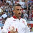 Robbie Williams entre dans le stade d'Old Trafford, à quelques minutes du coup d'envoi du match de charité Soccer Aid 2012. Manchester, le 27 mai 2012.
