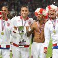 Robbie Williams et son équipe d'Angleterre brandissent leur trophée à l'issue du match de charité Soccer Aid 2012 à Old Trafford. Manchester, le 27 mai 2012.