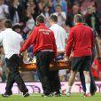 Gordon Ramsay quitte le stade sur une civière après un violent choc avec Teddy Sheringham. Manchester, le 27 mai 2012.