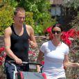Jogging en famille avec son mari Mario Treadway et leur fils Ever pour Alanis Morissette à Los Angeles. Le 5 mai 2012.