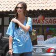 La belle Jennifer Love Hewitt dans les rues de Los Angeles le 31 mai 2012