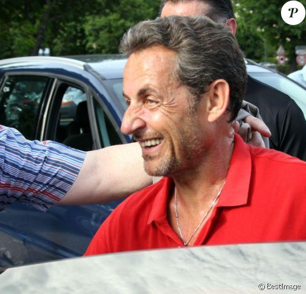 Nicolas Sarkozy souriant de retour à Paris, le 2 juin 2012.