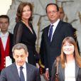 Nicolas Sarkozy et Carla Bruni quittent l'Elysée sous le regard de François Hollande et Valérie Trierweiler après la passation de pouvoir, le 15 mai 2012.
