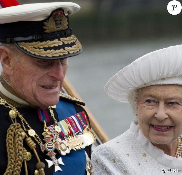 Le prince Philip a été bien vaillant lors de la parade fluviale sur la Tamise le 3 juin 2012, présent auprès de sa femme la reine malgré le froid et la pluie. Le prince Philip, duc d'Edimbourg, a dû être hospitalisé lundi 4 juin 2012 au beau milieu des célébrations du jubilé de diamant de son épouse la reine Elizabeth II, en raison d'une infection à la vessie. Admis par mesure de précaution et pour plusieurs jours, il manquera, très déçu, la suite et la fin des festivités.