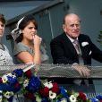 Le duc d'Edimbourg au côté de ses petites-filles Beatrice et Eugenie le 3 juin 2012 lors de la parade fluviale.   Le prince Philip, duc d'Edimbourg, a dû être hospitalisé lundi 4 juin 2012 au beau milieu des célébrations du jubilé de diamant de son épouse la reine Elizabeth II, en raison d'une infection à la vessie. Admis par mesure de précaution et pour plusieurs jours, il manquera, très déçu, la suite et la fin des festivités.