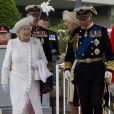 Le duc d'Edimbourg se fend la poire avec sa belle-fille Camilla Parker Bowles sur le tapis rouge avant la parade fluviale sur la Tamise.   Le prince Philip, duc d'Edimbourg, a dû être hospitalisé lundi 4 juin 2012 au beau milieu des célébrations du jubilé de diamant de son épouse la reine Elizabeth II, en raison d'une infection à la vessie. Admis par mesure de précaution et pour plusieurs jours, il manquera, très déçu, la suite et la fin des festivités.