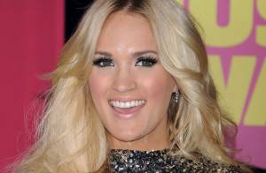 CMT Music Awards : Carrie Underwood triomphe, applaudie par Denise Richards...