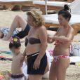 David Villa, privé d'Euro pour cause de blessure, se repose et se console en famille, en vacances à Ibiza avec sa femme Patricia et leurs filles Zaida et Olaya, le 9 juin 2012.