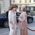 La comtesse Marianne de Wisborg accueille la reine Noor de Jordanie.   Le prince Carl Philip de Suède et la comtesse Marianne de Wisborg étaient bien entourés pour la remise des prix d'art Marianne and Sigvard Bernadotte Art Awards, le 7 juin 2012 au Grand Hôtel de Stockholm.