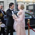 Le prince Carl Philip de Suède retrouve devant le Grand Hôtel de Stockholm sa grand-tante la comtesse Marianne de Wisborg.   Le prince Carl Philip de Suède et la comtesse Marianne de Wisborg étaient bien entourés pour la remise des prix d'art Marianne and Sigvard Bernadotte Art Awards, le 7 juin 2012 au Grand Hôtel de Stockholm.