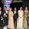 Les lauréats sur scène avec la comtesse Marianne de Wisborg, le prince Carl Philip, la reine Noor de Jordanie et l'ex-impératrice d'Iran Farah Pahlavi.   Le prince Carl Philip de Suède et la comtesse Marianne de Wisborg étaient bien entourés pour la remise des prix d'art Marianne and Sigvard Bernadotte Art Awards, le 7 juin 2012 au Grand Hôtel de Stockholm.