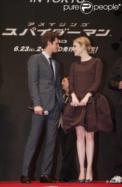 Andrew Garfield et Emma Stone lors de l'avant-première mondiale de The Amazing Spider-Man à Tokyo le 12 juin 2012