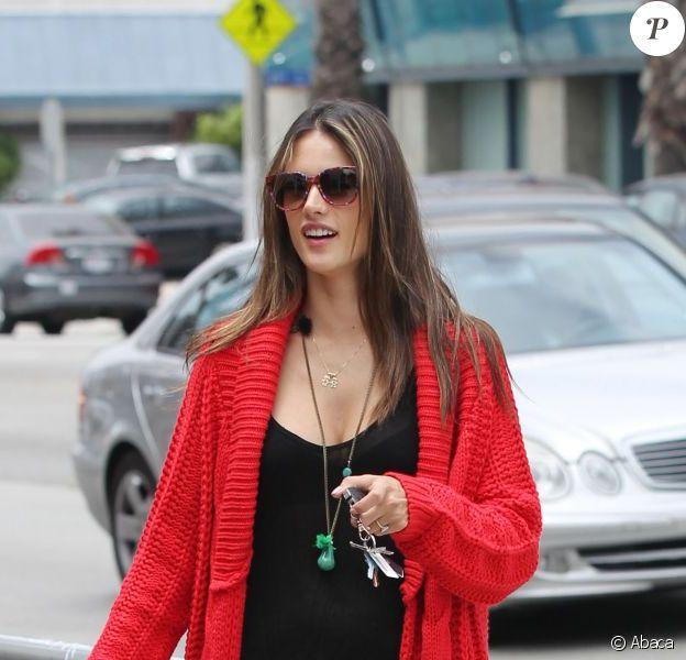 Alessandra Ambrosio en toute décontraction, récupère sa fille Anja à la sortie de l'école. Los Angeles, le 13 juin 2012.