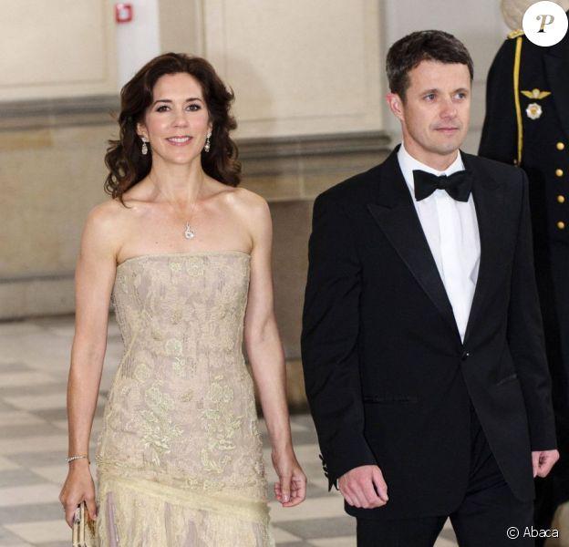 La princesse Mary et le prince Frederik arrivent pour un dîner au palais royal Amalienborg, à Copenhague, le 14 juin 2012 en l'honneur de la visite officielle au Danemark du président de la République populaire de Chine Hu Jintao et son épouse Liu Yongqing.