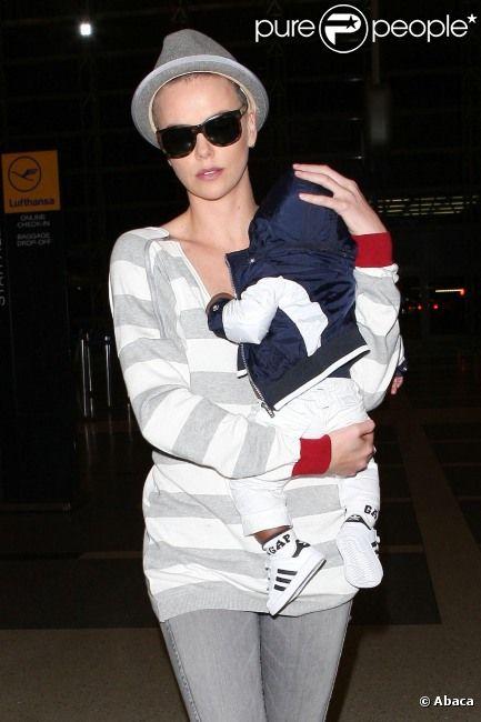 Charlize Theron et son petit Jackson à l'aéroport de Los Angeles, le 16 juin 2012