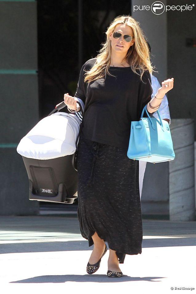 Molly Sims et son fils Brooks à Los Angeles, le 29 juin 2012.