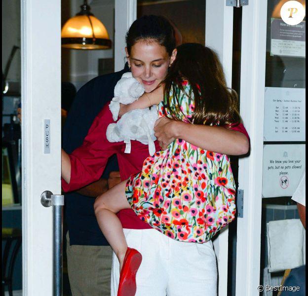 Katie Holmes emmène sa fille Suri et sa peluche manger une glace le 3 juillet 2012 à New York. Le couple Holmes/Cruise a annoncé sa séparation vendredi 29 juin 2012