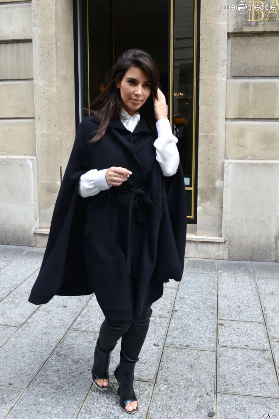 kim kardashian adopte une chemise yves saint laurent et un manteau cape sign thierry mugler. Black Bedroom Furniture Sets. Home Design Ideas