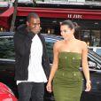 A l'aise dans une robe Givenchy, Kim Kardashian fait oublier son décolleté avec un beauty-look plus naturel.