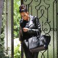 A l'aise dans un jean Quatro en cuir de J Brand et ses Air Yeezy 2 imaginées pour Nike par son amoureux Kanye West, Kim Kardashian dégaine un look street twisté par un sac XXL signé Céline.
