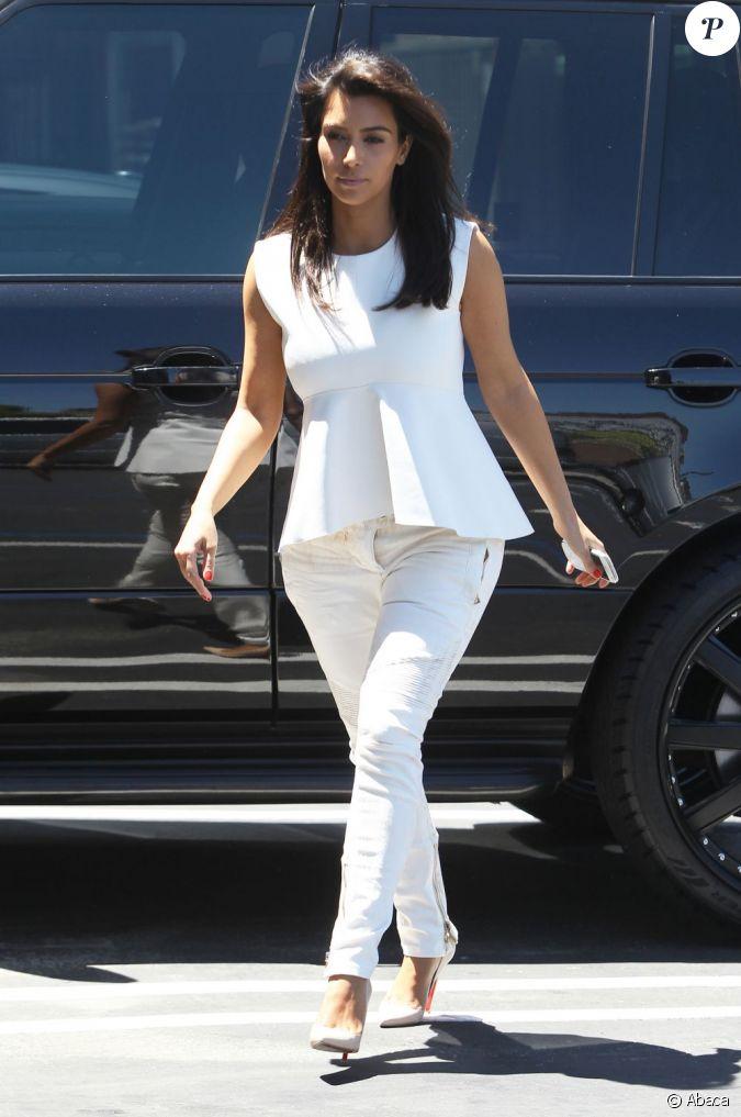 look monochrome r ussi pour kim kardashian qui adopte un top peplos pour masquer ses hanches et. Black Bedroom Furniture Sets. Home Design Ideas
