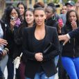 Kim Kardashian suit la tendance de l'escarpin fluo sans en faire trop. Ici, dans les rues de New York.