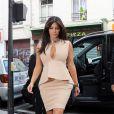 Kim Kardashian dans un total look nude sexy et chic à la fois.