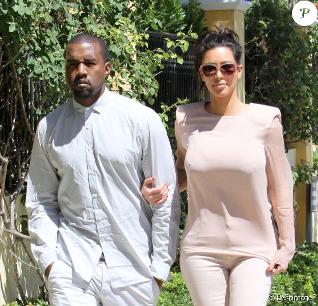 Un look monochrome réussi pour Kim Kardashian qui twiste un jean nude avec un top Lanvin