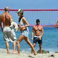 Partie de volley-ball ensoleillée pour Alessandra Ambroio et ses amis à Los Angeles. Le 7 juillet 2012