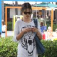 Alessandra Ambrosio se balade à L.A. Le 7 juillet 2012