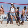 La superbe Alessandra Ambrosio passe une belle journée sur la plage de Los Angeles le 7 juillet 2012