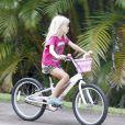 La petite Hazel chevauche son vélo lors de ses vacances à Kauai pendant que sa maman Julia Roberts se repose