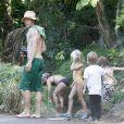 Daniel Moder, ses jumeaux Phinnaeus et Hazel et le petit dernier Henri profitent de leurs vacances à Kauai pendant que Julia Roberts se repose le 12 juillet 2012