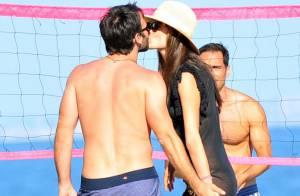 Alessandra Ambrosio : Entre les câlins et le sport, le top monopolise la plage