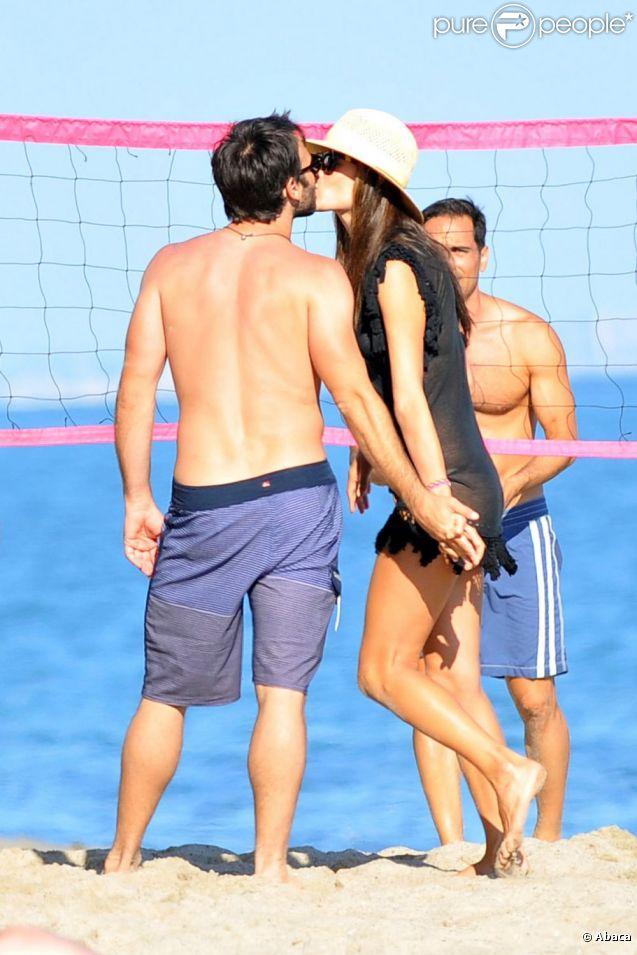 Alessandra Ambrosio amoureuse auprès de son Jamie Mazur sur la plage à Los Angeles profite du beau temps le 15 juillet 2012